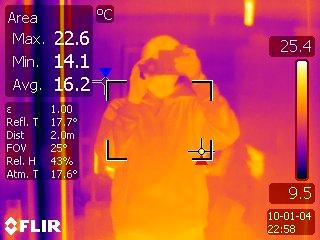 Žmogaus atspindys lange (termovizoriaus foto)